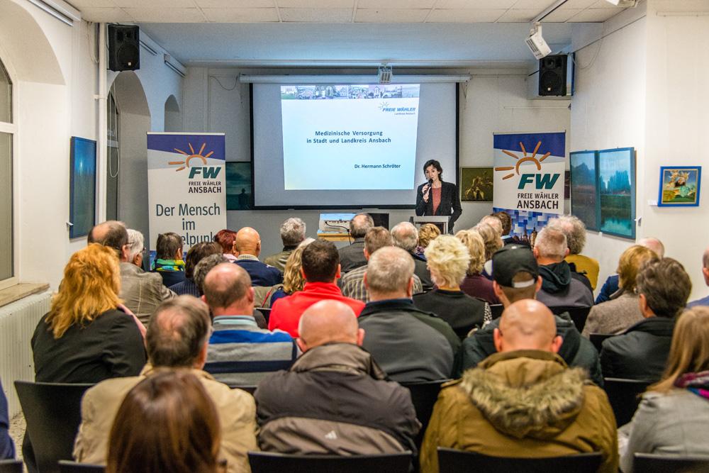 Elke Homm-Vogel, Vorsitzende der Freien Wähler in Ansbach, begrüßt die zahlreich erschienen Zuhörer